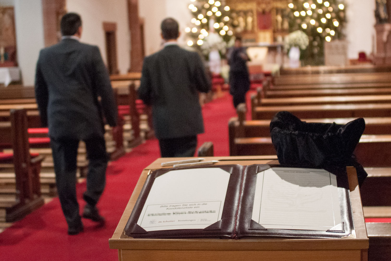 Beileidsbekundungen: Die einfachste Form ist der Eintrag in ein Kondolenzbuch, das bei der Trauerfeier ausliegt