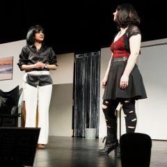 """Szene der Premiere des Theaterstücks """"Sarg und Nagel"""" in Kaiserslautern"""